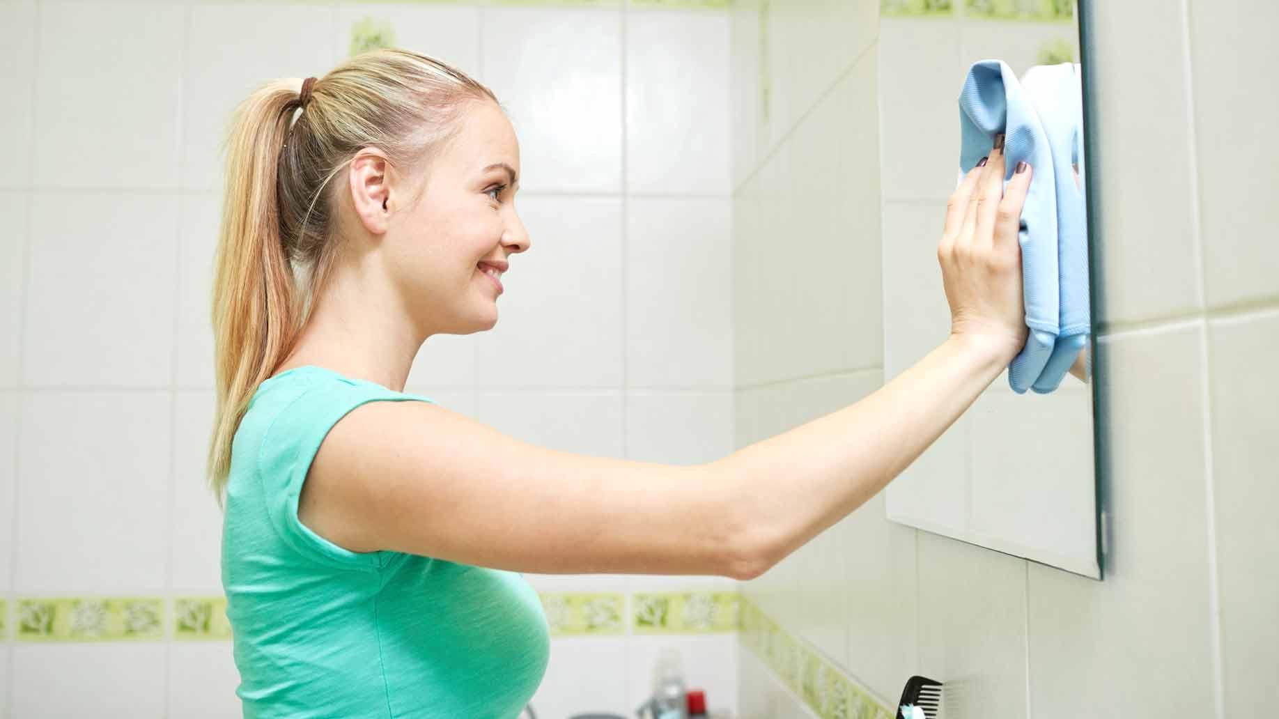 Чем отмыть зеркало от пятен фото