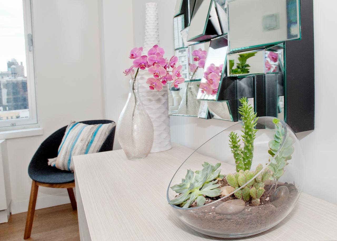 iskusstvennye-cvety-v-dekore-gostinoj
